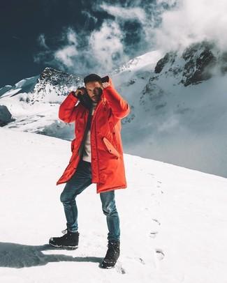 Come indossare e abbinare: parka rosso, maglione girocollo bianco, jeans blu, stivali da neve neri