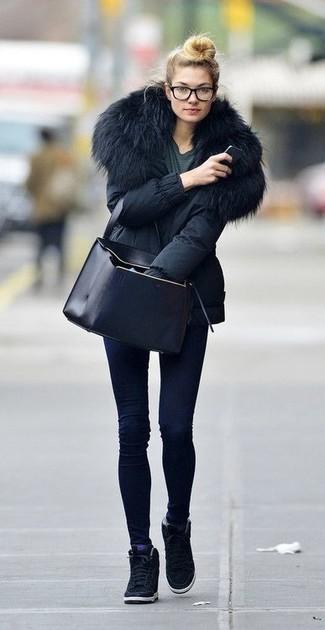 Come indossare: parka nero, t-shirt girocollo grigio scuro, jeans aderenti blu scuro, sneakers con zeppa in pelle scamosciata nere