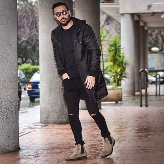 Come indossare e abbinare: parka nero, t-shirt girocollo nera, jeans aderenti strappati neri, stivali chelsea in pelle marroni