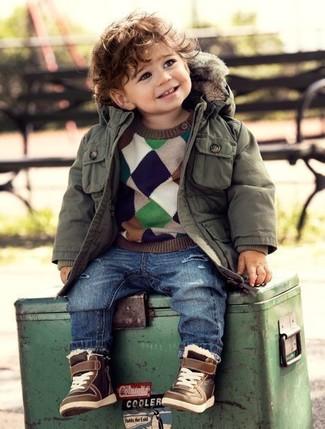 Come indossare e abbinare: parka verde oliva, maglione multicolore, jeans blu, sneakers marroni