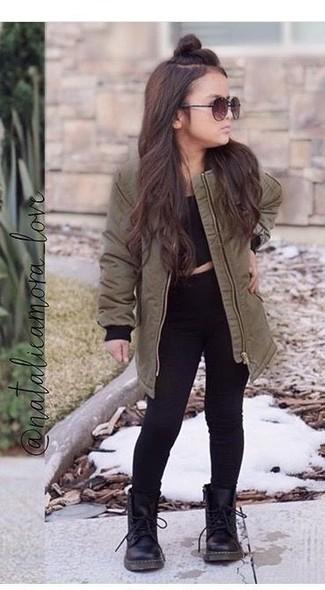 Come indossare: parte superiore nera, parka verde oliva, jeans neri, stivali neri