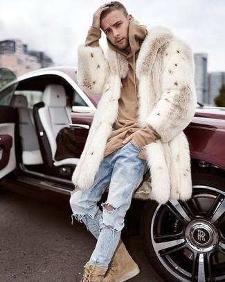 Come indossare: pelliccia beige, felpa con cappuccio marrone chiaro, jeans strappati azzurri, stivali casual in pelle scamosciata marrone chiaro