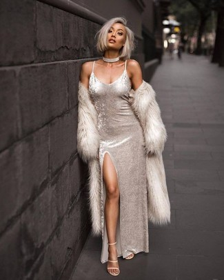Come indossare: pelliccia beige, vestito lungo di velluto bianco, sandali con tacco in pelle beige, girocollo trasparente