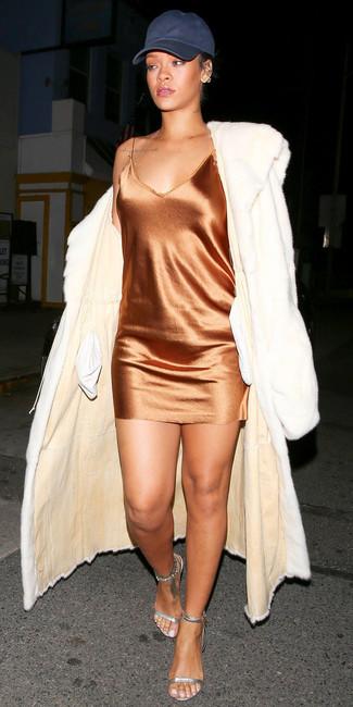 Come indossare: pelliccia bianca, sottoveste di seta arancione, sandali con tacco in pelle argento