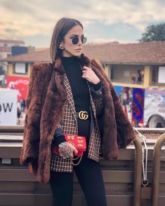 Come indossare: pelliccia marrone, blazer doppiopetto a quadri rosso, dolcevita nero, jeans aderenti neri