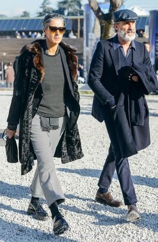 Come indossare: pelliccia nera, blazer nero, maglione girocollo a righe orizzontali grigio scuro, pantaloni eleganti con motivo pied de poule grigi