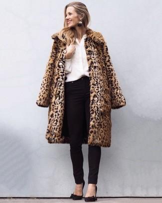 Come indossare: pelliccia leopardata marrone chiaro, blusa abbottonata ricamata bianca, jeans aderenti neri, décolleté in pelle scamosciata neri