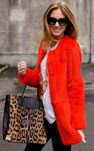 Come indossare: pelliccia rossa, blusa abbottonata bianca, leggings neri, borsa shopping in pelle leopardata nera e marrone chiaro