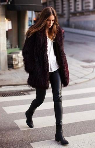 Come indossare: pelliccia bordeaux, t-shirt girocollo bianca, leggings in pelle neri, stivaletti in pelle neri