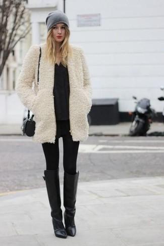 Come indossare: pelliccia beige, camicetta manica lunga nera, leggings in pelle neri, leggings neri