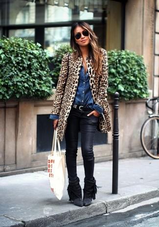 Come indossare: pelliccia leopardata marrone chiaro, camicia di jeans blu, jeans aderenti in pelle neri, stivaletti in pelle scamosciata con frange neri
