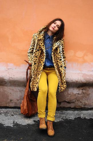 Come indossare: pelliccia leopardata marrone chiaro, camicia di jeans blu, jeans aderenti gialli, stivali piatti stringati in pelle terracotta