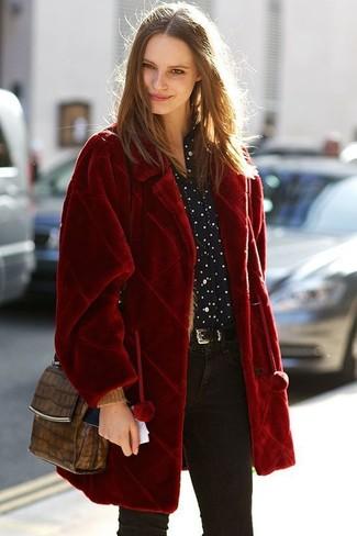 Come indossare: pelliccia rossa, camicia elegante a pois nera e bianca, jeans aderenti neri, borsa a tracolla in pelle con stampa serpente marrone