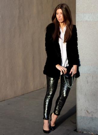 Come indossare: pelliccia nera, camicia elegante bianca, pantaloni skinny con paillettes argento, décolleté in pelle neri