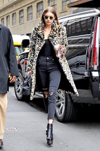 Come indossare: pelliccia leopardata marrone chiaro, canotta nera, jeans aderenti strappati neri, stivaletti in pelle pesanti neri