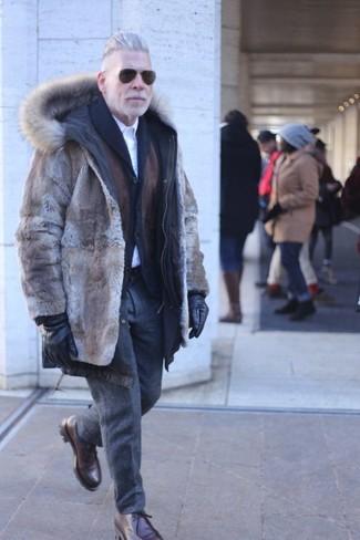 Come indossare e abbinare pantaloni eleganti di lana grigio scuro: Metti una pelliccia marrone e pantaloni eleganti di lana grigio scuro per un look elegante e alla moda. Mettiti un paio di chukka in pelle marrone scuro per un tocco più rilassato.