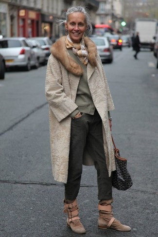 Moda donna anni 50: Una pelliccia beige e jeans boyfriend grigio scuro sono perfetti per fare commissioni o per uscire la sera. Stivaletti in pelle scamosciata marroni sono una gradevolissima scelta per completare il look.