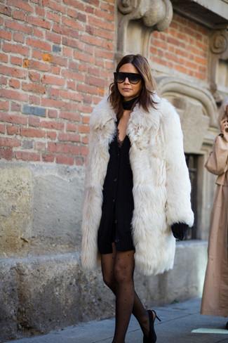 Come indossare: pelliccia bianca, cardigan pesante nero, vestito canotta di pizzo nero, décolleté in pelle scamosciata neri