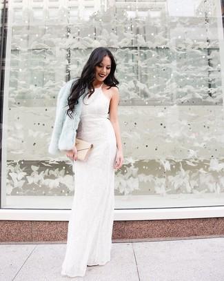 Come indossare: pelliccia corta azzurro, abito da sera di pizzo a fiori bianco, pochette in pelle trapuntata beige