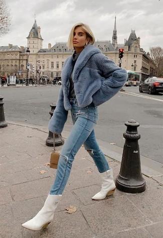 Look alla moda per donna: Pelliccia corta azzurro, Maglione con scollo a cappuccio grigio scuro, Jeans strappati azzurri, Stivali da cowboy in pelle bianchi