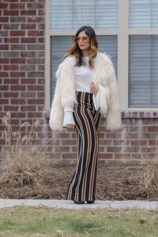 Come indossare: pelliccia corta bianco, camicetta manica lunga con volant bianca, gonna lunga a righe verticali multicolore, décolleté in pelle neri