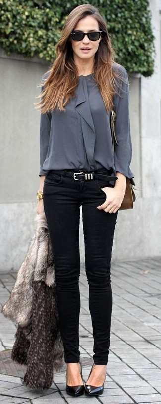 Sfoggia un look raffinato e disinvolto in un pelliccia corta grigio e jeans aderenti neri. Décolleté in pelle neri sono una interessante scelta per completare il look.