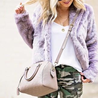Come indossare e abbinare: pelliccia corta viola chiaro, canotta bianca, jeans aderenti mimetici verde scuro, borsa a tracolla in pelle beige