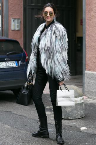 Come indossare e abbinare: pelliccia corta grigio, cardigan con zip nero, pantaloni skinny neri, stivali piatti stringati in pelle neri