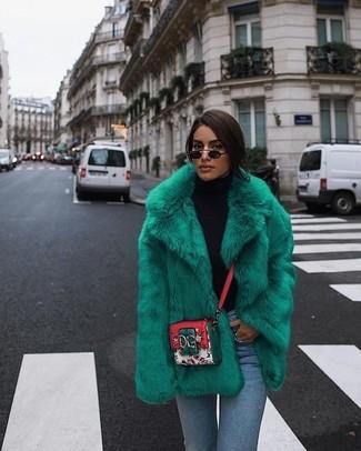 Come indossare: pelliccia corta verde, dolcevita nero, jeans aderenti azzurri, borsa a tracolla in pelle stampata multicolore