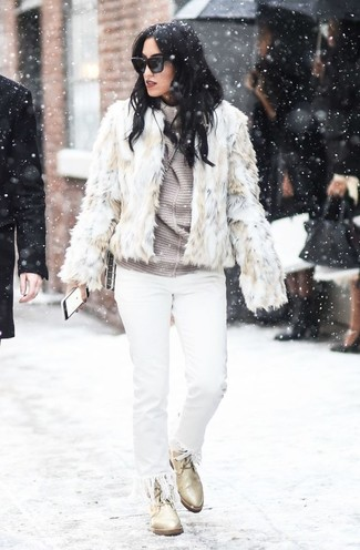 Come indossare e abbinare: pelliccia corta beige, dolcevita a righe orizzontali grigio, jeans con frange bianchi, stivali piatti stringati in pelle beige