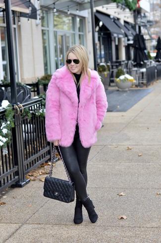 Come indossare e abbinare: pelliccia corta fucsia, dolcevita nero, leggings in pelle neri, stivaletti in pelle scamosciata neri
