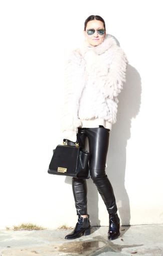 Come indossare: pelliccia corta bianco, dolcevita di lana bianco, pantaloni skinny in pelle neri, stivali chelsea in pelle neri