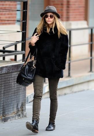 Come indossare: pelliccia corta nero, jeans aderenti verde oliva, stivali chelsea in pelle neri, cartella in pelle nera