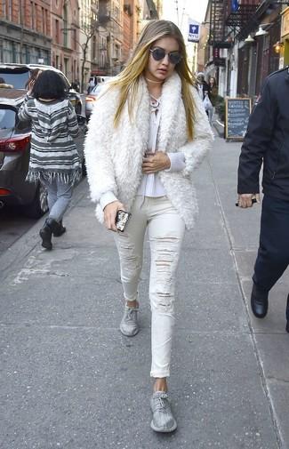 Come indossare: pelliccia corta bianco, maglione con scollo a v bianco, jeans aderenti strappati bianchi, scarpe sportive argento