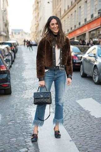 Come indossare e abbinare un maglione girocollo bianco: Potresti indossare un maglione girocollo bianco e jeans con frange blu per creare un look raffinato e glamour. Scegli uno stile classico per le calzature e opta per un paio di mocassini eleganti in pelle neri.