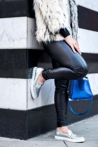 Come indossare: pelliccia corta bianco, maglione girocollo nero, leggings in pelle neri, mocassini eleganti con paillettes argento