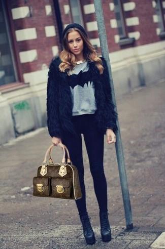 Come indossare e abbinare: pelliccia corta nero, maglione girocollo stampato grigio, leggings neri, stivaletti in pelle neri