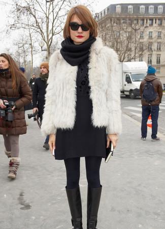 Come indossare e abbinare: pelliccia corta bianco, maglione girocollo a fiori nero, minigonna di lana nera, stivali al ginocchio in pelle neri