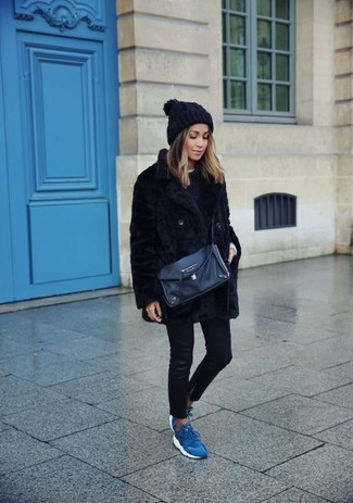 Come indossare: pelliccia corta nero, maglione girocollo nero, t-shirt girocollo bianca, jeans aderenti in pelle neri