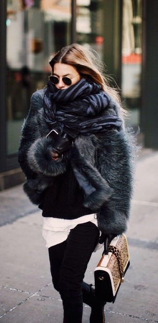 Come indossare e abbinare: pelliccia corta grigio scuro, maglione oversize lavorato a maglia nero, t-shirt girocollo bianca, jeans aderenti neri