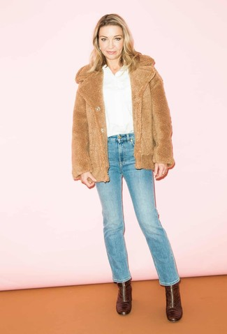 Come indossare e abbinare: pelliccia corta marrone chiaro, camicetta manica lunga bianca, jeans blu, stivaletti in pelle bordeaux