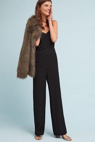 Come indossare: pelliccia corta marrone, tuta con occhielli nera, sandali con tacco in pelle argento