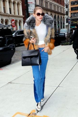 Come indossare: pelliccia corta marrone, t-shirt girocollo bianca, jeans a campana blu, stivaletti in pelle con stampa serpente grigi