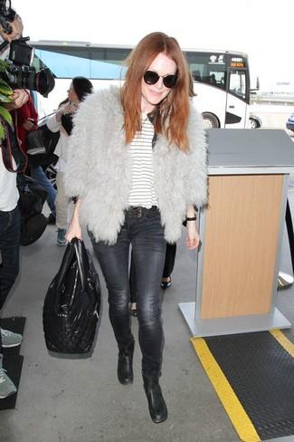 Moda donna anni 50: Potresti abbinare un pelliccia corta grigio con jeans aderenti grigio scuro per essere casual. Rifinisci questo look con un paio di stivaletti in pelle neri.