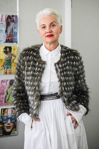 Moda donna anni 50: Vestiti con un pelliccia corta verde oliva e un vestito chemisier bianco per essere sofisticata e di classe.