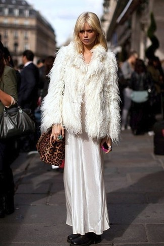 Come indossare: pelliccia corta bianco, vestito lungo di raso bianco, stivaletti in pelle neri, borsa a tracolla in pelle scamosciata leopardata marrone