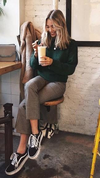 Come indossare: pelliccia marrone chiaro, dolcevita verde scuro, gonna pantalone a quadri marrone, sneakers basse di tela nere e bianche