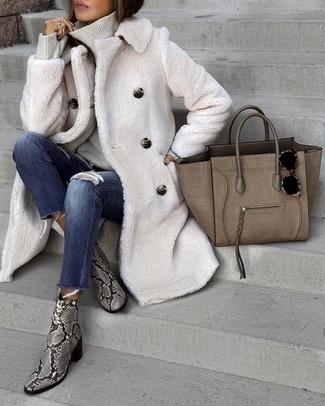 Come indossare e abbinare: pelliccia bianca, dolcevita grigio, jeans aderenti strappati blu scuro, stivaletti in pelle con stampa serpente grigi