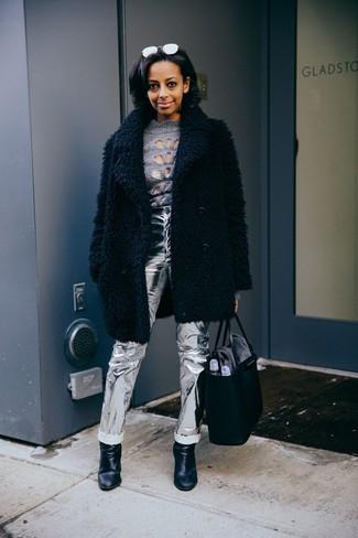 Come indossare: pelliccia nera, dolcevita grigio, jeans in pelle argento, stivaletti in pelle neri