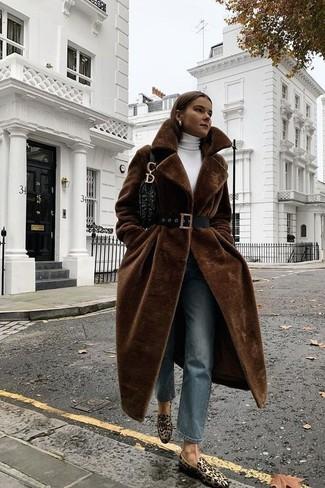 Come indossare: pelliccia marrone scuro, dolcevita bianco, jeans blu, mocassini eleganti in pelle scamosciata leopardati marrone chiaro